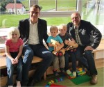 Bürgermeister Johannes Heuras und Vizebürgermeister Alois Seirlehner mit Kindergartenkinder.