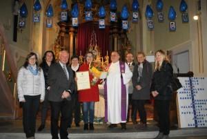 Pfarrrer Mag. Jacek Biela und Mitglieder des Pfarrgemeinderates gratulierten Theresia Schaumberger.